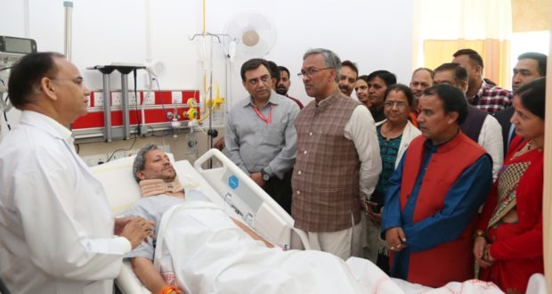 गढ़वाल सांसद तीर्थ सिंह रावत के स्वास्थ्य में सुधार,सीएम त्रिवेन्द्र भी हाल लेने पहुंचे