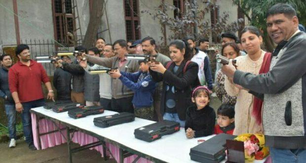 मनोज कंडवाल स्मृति निशानेबाजी प्रतियोगिता में पुरुष वर्ग में अरुण और महिला वर्ग में रश्मि ने खिताब जीता