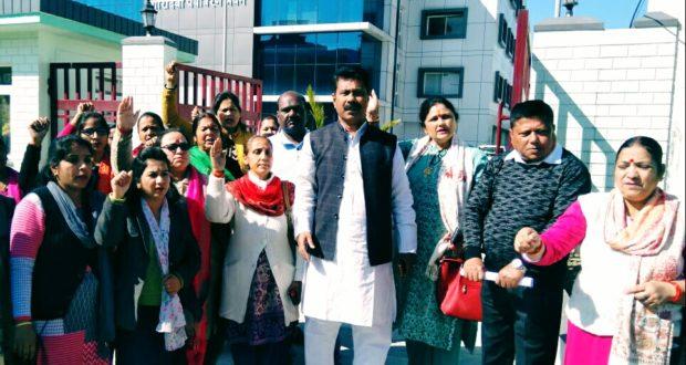 शीशम बाड़ा कूड़ा निस्तारण केंद्र को लेकर पर्यावरण अधिकारी पर भड़के आन्दोलनकारी
