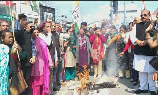 शराब के खिलाफ महानगर महिला कोंग्रेस ने भाजपा का पुतला फूंका