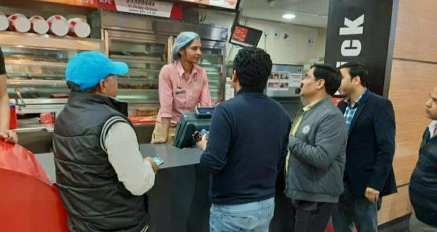 डी एम के आदेशों के अनुपालन को निकली टीम ने सार्वजनिक स्थानों पर लोगो को किया कोरोना से जागरूक
