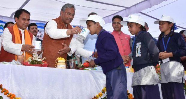 मुख्यमंत्री आँचल अमृत योजना शुरू,सीएम त्रिवेंद्र ने बच्चों को दूध पिलवाया
