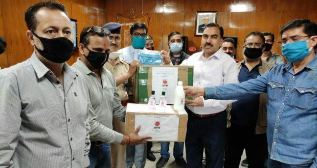 2500 बोतल सेनेटाइजर ओएलएफ के महाप्रबंधक ने पुलिस को सौंपे,500 पेकेट भोजन भी रोज दे रहे।