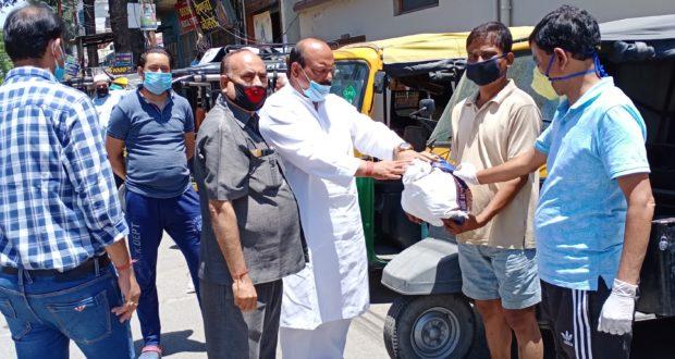रायपुर विधानसभा में ऑटो रिक्शा चालको को मूर्ति देवी राशन किट प्रदान किये..टीटू प्रवीन त्यागी