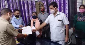 महानगर महिला कांग्रेस ने नेहरू कालोनी थाने में केबिनेट मिनिस्टर धन सिंह रावत ओर भाजपा विधायक गणेश जोशी के खिलाफ रिपोर्ट दी।