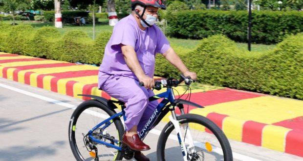 ग्रीन कैंपस मुहिम शुरू कर एम्स निदेशक रविकांत साइकिल से पहुंचे ऑफिस