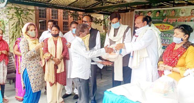 कांग्रेस के पूर्व  राष्ट्रीय अध्यक्ष राहुल गांधी के जन्मदिन की पूर्व सन्ध्या पर राशन किट एवम मास्क वितरित किये