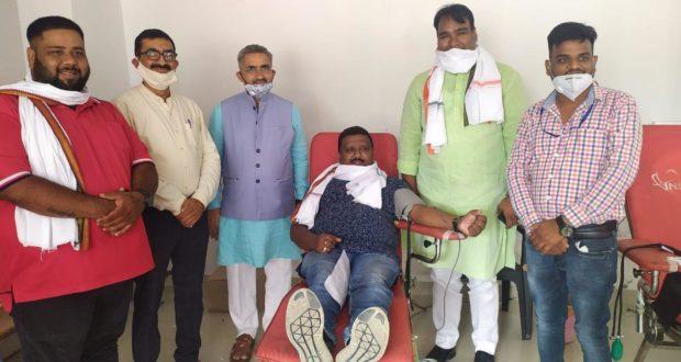 डॉ मुकुल  नॆ 68 और रोशन राना  ने 48 वी बार रक्तदान करने पर सम्मानित