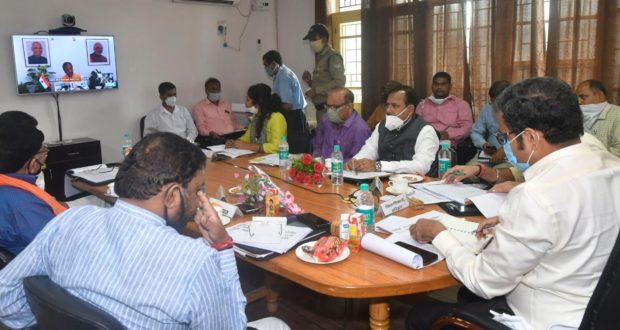 केन्द्रीय मानव संसाधन विकास मंत्री डाॅ. निशंक ने जिला विकास समन्वय एवं निगरानी समिति की बैठक वीडियो काॅन्फ्रेस से ली