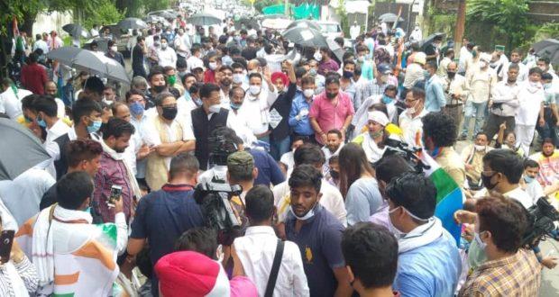 उत्तराखण्ड कांग्रेस द्वारा किये गए  धरना प्रदर्शन को लेकर  बिना अनुमति,कोरोना गाइड लाइन का उल्लंघन,पुलिस के साथ धक्का मुक्की एवम सड़क बाधित करने समेत कई धाराओं में पुलिस ने 150-200 लोगो के खिलाफ़ किये केस दर्ज