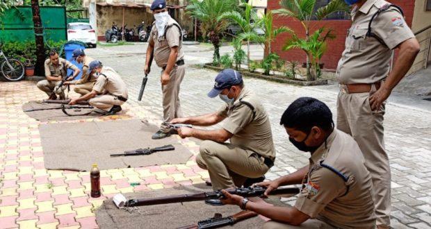 पुलिसकर्मी अपने शस्त्रों की समय समय पर सफाई जरूर करे..डीआईजी/ एसएसपी देहरादून