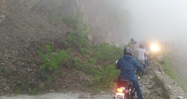 दून मसुरी रॉड पर मलबा गिरने से लगे जाम में फंसे पर्यटक