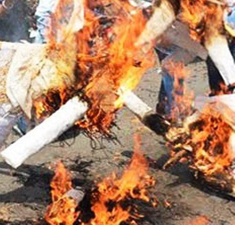 आप ने भी बीजेपी में चैंपियन की वापसी के विरोध में जलाया पुतला