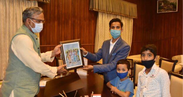 दूंन के चित्रकारों की अंतरराष्ट्रीय पेंटिंग चयन के बाद सीएम त्रिवेंद्र ने किया सम्मान