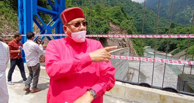 प्रदेश के सिंचाई मंत्री सतपाल महाराज ने सीएम त्रिवेंद्र के ड्रीम प्रोजेक्ट सूर्यधार बैराज का निरीक्षण कर कई मुद्दों पर नाराजगी व्यक्त की