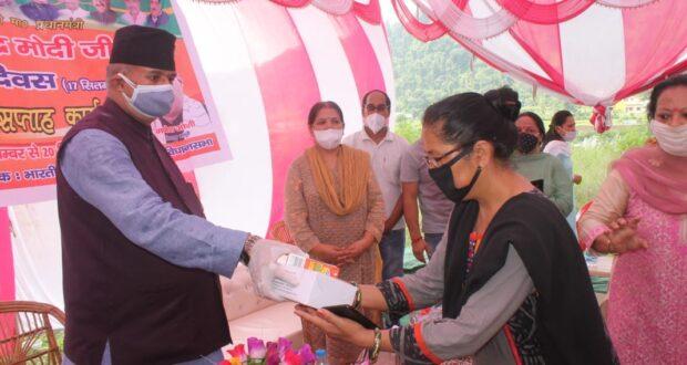 विधायक गणेश जोशी ने पीएम नरेंद्रकमोदी के जन्मदिवस सेवा सप्ताह पर जैंटनवाला में बंटी इम्यूनिटी किट