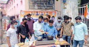 NSUI से जुड़े छात्रों ने बेरोजगार सप्ताह के अंतर्गत डीएवी (पीजी) कॉलेज के बाहर बेरोजगारी को लेकर किया प्रदर्शन