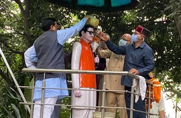 पीएम नरेंद्र मोदी जन्मदिन पर सेवादिवस में सभी महापुरुषों की मूर्तियों पर सफाई के बाद माल्यार्पण किया भाजपा प्रदेश उपाध्यक्ष खजान दास ने