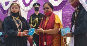 राज्यपाल बेबिरानी मोर्य ने बद्रीनाथ धाम के दर्शन कर छात्रों को बांटे मोबाइल