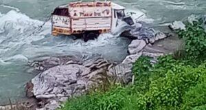 चकराता क्षेत्र में अलग अलग दूर्घटनाओं में दो वाहन गहरी खाई में गिरे,5 लोगो को पुलिस ने किया सुरक्षित रेस्क्यू