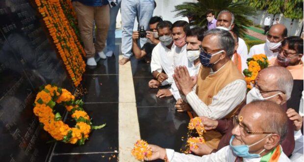 सीएम त्रिवेंद्र ने आवास में शास्त्री एवम राष्ट्रपिता के साथ ही शहीद राज्य आंदोलनकारियों को भी श्रद्धासुमन अर्पित किए