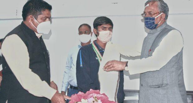 राष्ट्रीय शूटिंग चैंपियनशिप में दो रजत एक कांस्य जीतने वाले अमित कुमार को सीएम ने किया सम्मानित