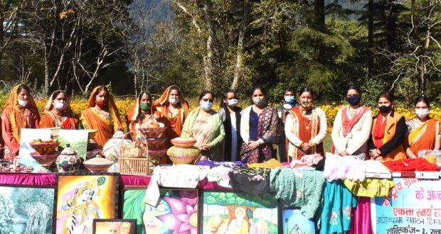 राज्यपाल बेबीरानी मोर्य ने नैनीताल जिले के 5 विकास खण्डों के 13 महिला स्वयं सहायता समूहों द्वारा निर्मित उत्पादों की प्रदर्शनी का अवलोकन किया