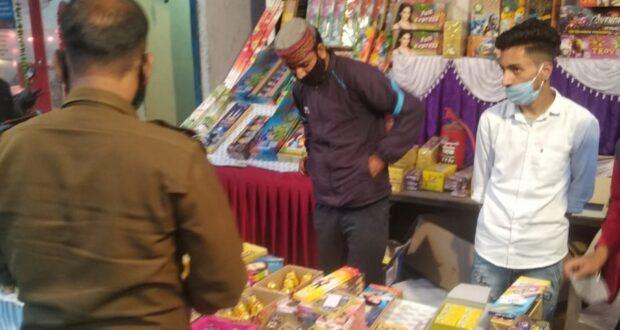 दून पुलिस ने 9 लाख वसुले,शासन की गाइड लाइन उलंघन पर पटाखों की बिक्री करने वाले विक्रेताओं से