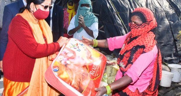 राज्यपाल श्रीमती बेबी रानी मौर्य ने स्व० अटल बिहारी वाजपेयी की जयंती के अवसर पर वितरित किए वस्त्र और कम्बल