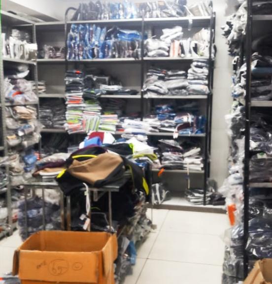 ब्रांडेड कम्पनियो के नकली कपड़े बेच रहे थे,पुलिस के छापे में लाखों का माल बरामद,