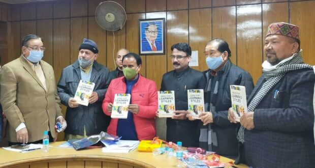 श्रीदेव सुमन विश्वविद्यालय के परीक्षा नियंत्रक डा. रमेश सिंह चौहान की पुस्तक 'नो योर लर्निंग स्टाइल' का उच्च शिक्षा मंत्री धन सिंह ने विमोचन किया