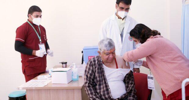 एम्स निदेशक पद्मश्री रविकांत ने भ्रांति दूर करने को खुद के लगवाया वैक्सीन