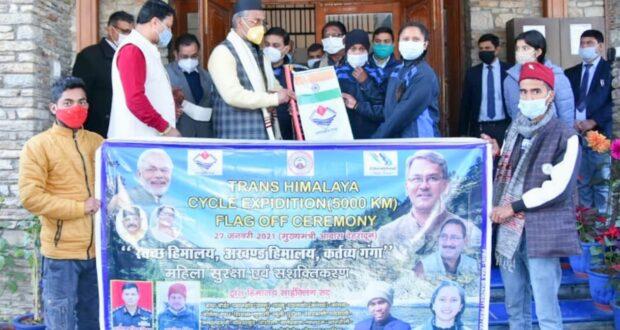 सीएम त्रिवेंद्र ने प्रथम महिला ट्रांस हिमालय साईक्लिंग अभियान का फ्लैग ऑफ किया उत्तराखण्ड की राजधानी देहरादून से