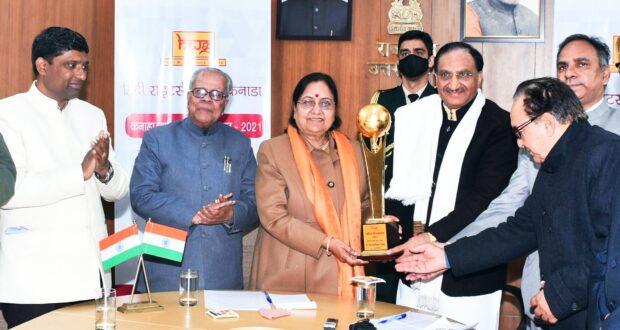 केंद्रीय शिक्षा मंत्री रमेश पोखरियाल निशंक को कनाडा की हिंदी रॉयटर्स गिल्ड ने साहित्य गौरव सम्मान से किया सम्मानित
