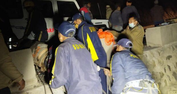 दुःखद..कार दुर्घटना में देवप्रयाग के सकनिधार से सगाई कर लौट रहे  5 लोग मरे,SDRF मौके पर