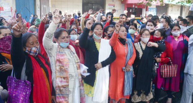 डीएम ऑफिस पर गल्जवाड़ी के ग्रामीणों ने राजस्व अभिलेखों में आबादी में दर्ज कर शासनादेश घोषित किये जाने को भारी प्रदर्शन कर रोष प्रकट किया