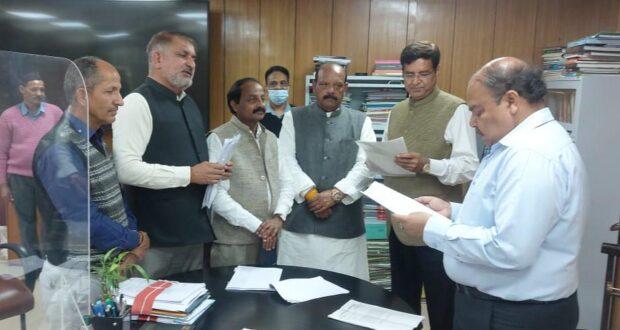 प्रदेश कांग्रेस अध्यक्ष प्रीतम के नेतृत्व में आउटसोर्स कर्मियों की पुनर्नियुक्ति को लेकर मुख्य सचिव सेकी मुलाकात
