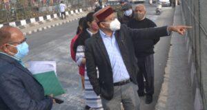 डीएम डाॅ आशीष कुमार ने रिस्पना नदी में नगर निगम द्वारा कूड़ा उठान की प्रगति का किया स्थलीय निरीक्षण