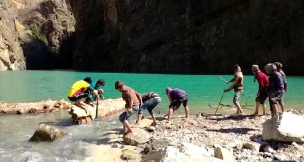 SDRF ओर ग्रामीणों ने चमोली झील का मुहाना विषम परिस्थितियों के बावजूद तोड़ कर किया दवाब कम