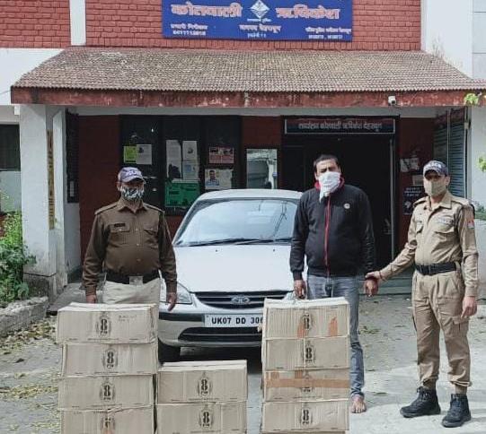 चैकिंग के दौरान टाटा इंडिका में 13  पेटी अवैध अंग्रेजी शराब  8pm व्हिस्की के साथ एक गिरफ्तार