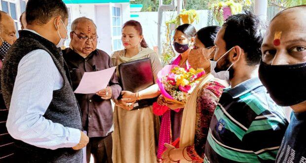 अधिकारियों की लापरवाही से नाराज नागरिकों ने सौंपा शहरी विकास मंत्री को ज्ञापन