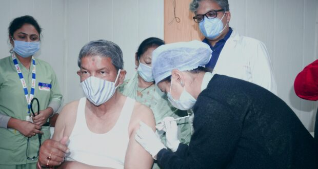पूर्व सीएम हरीश रावत ने लगाया कोरोना वैक्सीन कहा वैक्सीन कोरोना से निपटने में वैज्ञानिकों के कार्य का आभार