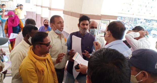 नगर निगम की स्वच्छता समितियों में काम कर रहे कर्मचारियों पर पार्षद से मिलकर निगम को चुना लगाने का आरोप