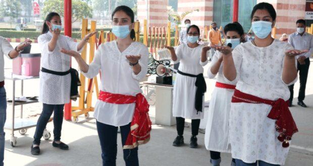 स्वच्छता पखवाड़े में नुक्कड़ नाट्क के माध्यम से मरीजों व तीमारदारों को स्वच्छता के प्रति जागरुक किया