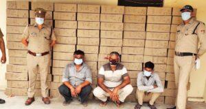 """विकासनगर पुलिस ने दो वाहनों से 4 लाख की देसी शराब """"तोहफा""""के 110 पेटी (4950 पव्वे)  बरामद किये"""