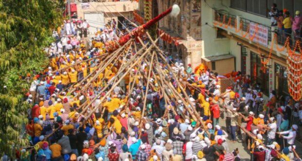 86 फुट ऊंचे झंडे जी को महंत देवेंद्र दास के निर्देशन में धार्मिक रीतिरिवाज से चढ़ाया,शुरू हुआ ऐतिहासिक झंडा मेला