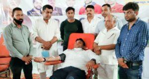 डीएम डॉ राकेश ने स्वयं रक्तदान कर कहा रक्तदान महादान,अनिल वर्मा ने 139वीं बार तथा योगेश अग्रवाल ने 126वीं बार किया रक्तदान