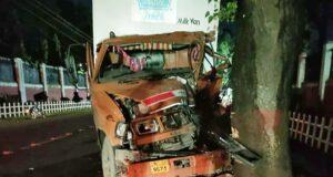 पंजाब से आया दूध ब्रेड सप्लाई वाहन IMA के पास पेड़ से टकराया एक घायल,एक कि मौत